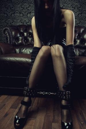 esclavo: Chica g�tica atractiva con las piernas en perneras
