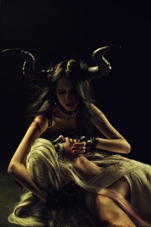 Fille tenant tête à cornes de séduction de fallen angel noir