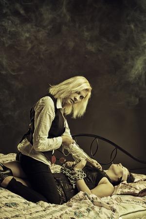 herrin: Hübsches Mädchen spielen in einem Schlafzimmer Lizenzfreie Bilder