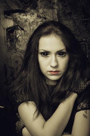 black eyes: Bella ragazza gotica con gli occhi neri su sfondo grunged Archivio Fotografico