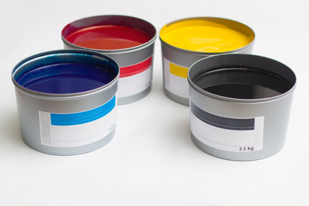 Cmyk color paints in cans over white 免版税图像 - 121834857