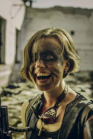 Fille postapocalyptique souriante folle sur des ruines