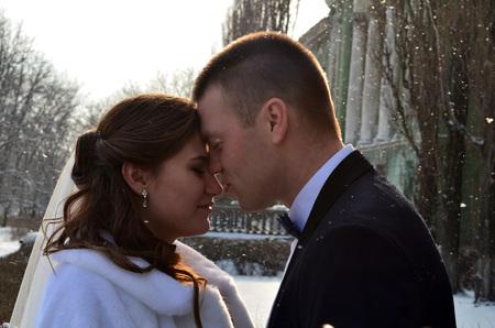 couple winter: Winter wedding couple close-up.