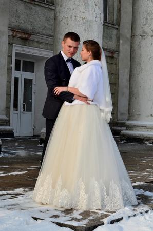 couple winter: Winter bridal couple.
