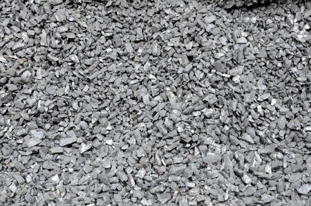 上質の石炭が散乱し、ほこりで覆われています。 写真素材