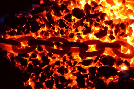 불타는 석탄 무연탄에 누워 붉은 뜨거운 사슬의 링크. 스톡 콘텐츠