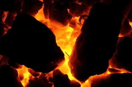 배경처럼 불타는 석탄 무연탄의 거대한 조각.