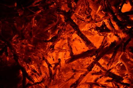 背景のように、木製の枝を燃やしてくすぶる。