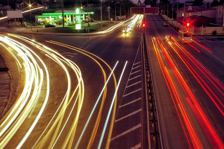 都市の道路と移動車を通して光をぼかし。赤い光が表示されます。夜の街のオデッサ ビュー。