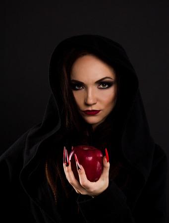 La madraste sorcière donne une pomme rouge empoisonnée