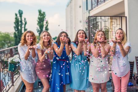 Amigos de hermosas mujeres divirtiéndose en la despedida de soltera
