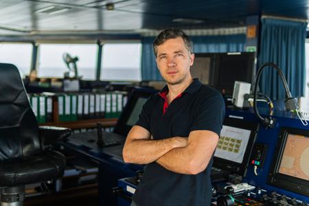 Officier de la navigation maritime pendant le quart de navigation sur le pont