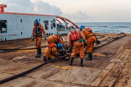 Załoga statku przygotowująca statek do statycznego podnoszenia cysterny holowniczej