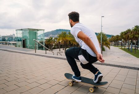 Skateboarder rides a skateboard in the modern city terrace. 版權商用圖片 - 131809329