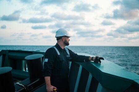 Oficial de cubierta de infantería de marina o primer oficial en la cubierta de una embarcación o barco en alta mar Foto de archivo