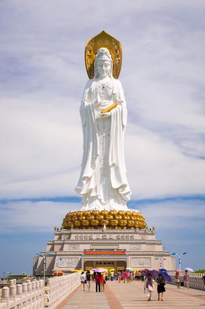turismo ecologico: Nanshan budista Parque Cultural es una zona de turismo ecol�gico gigantesco concentrarse en la cultura budista, situado cerca de la ciudad de Sanya, en la isla de Hainan, China. La imagen muestra la estatua de 108 metros del Bodhisattva Guan Yin. Editorial
