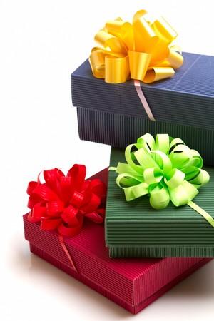 cadeaupapier: gekleurde geschenken met het lint geïsoleerd op witte achtergrond