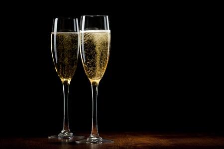 sektglas: zwei Glas mit Champagner auf einem Holztisch Lizenzfreie Bilder
