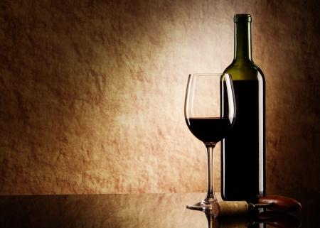 wine pouring: verde bottiglia con vino rosso e vetro e sughero con un cavatappi su una pietra Vecchia