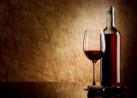 bouteille de vin: Vert bouteille de vin rouge et de verre et de Li�ge avec un tire-bouchon sur une vieille Pierre