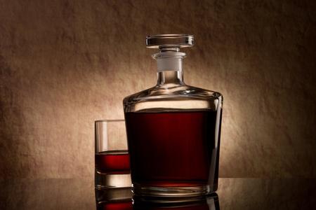 Stilleben mit Glas und Flasche Cognac