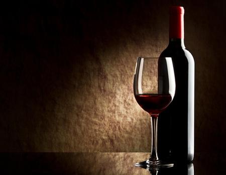 botella de licor: botella de vino tinto y el vidrio Foto de archivo
