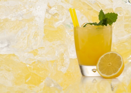 ice crushed: Scorpion Cocktail met getextureerde achtergrond