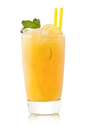 limonada: C�ctel de lim�n fr�a contra un fondo blanco