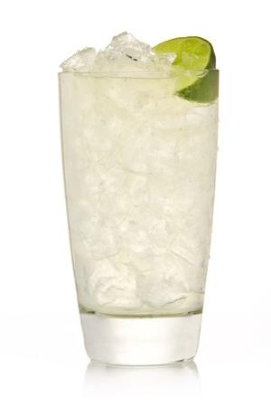 Cocktail mit Limetten und Eis isoliert auf weißem