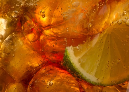 rhum: Closeup of fresh brown splashing liquid - cola with lime and Ice