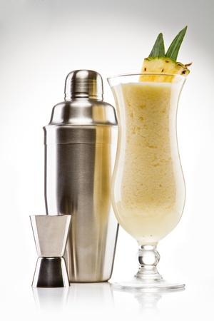 Pina Colada trinken Cocktail-Glas isoliert auf weißem Hintergrund Lizenzfreie Bilder