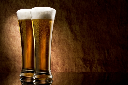 glass of beer: Bier in glas op een oude steen