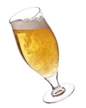 botellas de cerveza: La cerveza en un vaso aislado en blanco