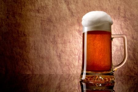 ámbar: Cerveza en un vaso sobre una piedra Foto de archivo
