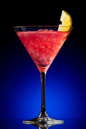 arandanos rojos: C�ctel Cosmopolitan en un gradiente de color azul Foto de archivo