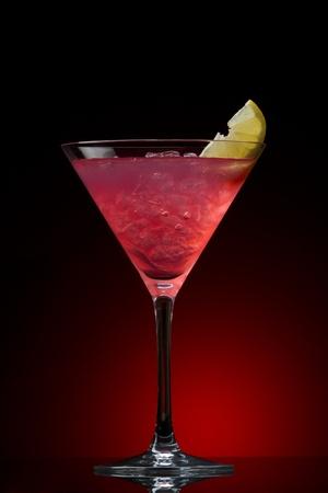 Cosmopolitan Cocktail Drink auf einem roten Gradienten
