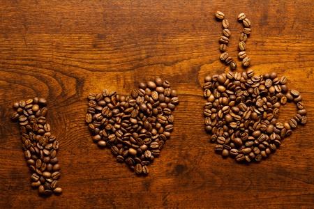 tomando refresco: Me encanta la inscripci�n de caf� en la mesa de madera
