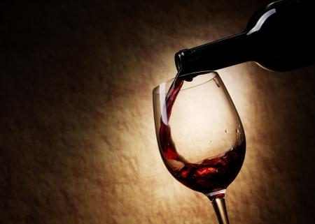 bodegas: Vaso de vino tinto y la botella