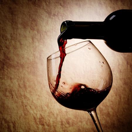 wine pouring: Vino e vetro rosso Bottiglia