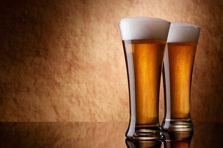 botellas de cerveza: Cerveza en vaso sobre una piedra antigua