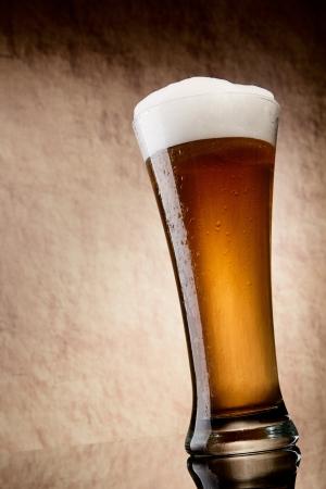 ámbar: Cerveza en vidrio sobre una piedra antigua