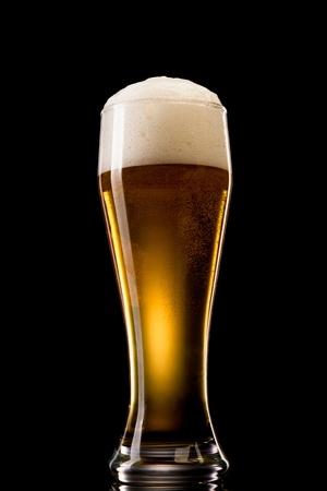 Bier in Glas auf einem schwarzen