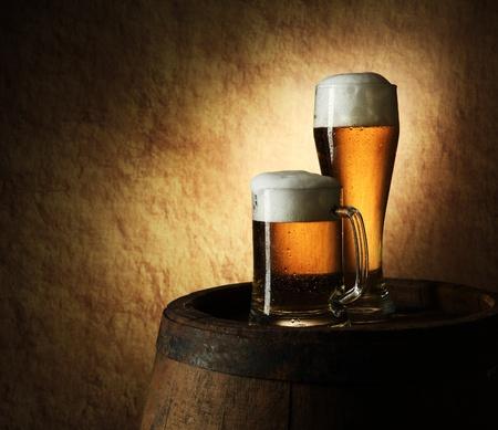 brouwerij: Stilleven van bier en vat op een oude steen