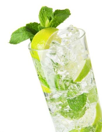 Mojito Cocktail isoliert auf einem weißen