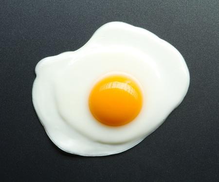 huevos estrellados: huevo frito en una sart�n Foto de archivo