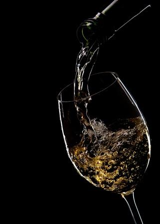 Rotwein in Glas gegossen