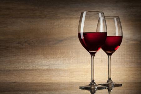 bebiendo vino: dos glases vino en un fondo de madera