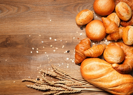 bollos: surtido de pan horneado en la mesa de madera