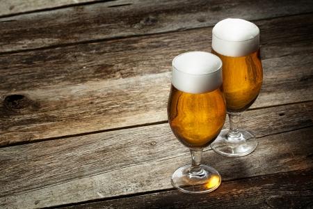 Zwei Glas Bier auf Holz Hintergrund mit copyspace Lizenzfreie Bilder