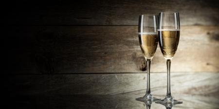 coupe de champagne: deux verres de champagne sur un fond en bois